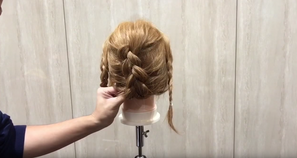 編み込み&三つ編みでまとめ髪|スタイリング③後髪の三つ編みを丸め込む