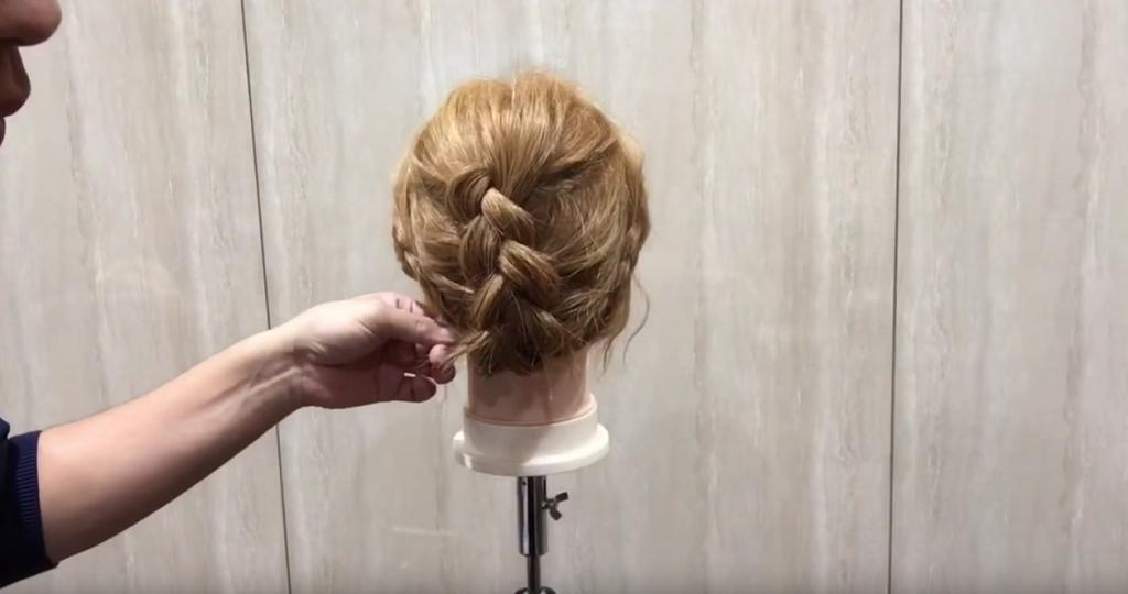 編み込み&三つ編みでまとめ髪|スタイリング④左右の三つ編みを巻き付ける